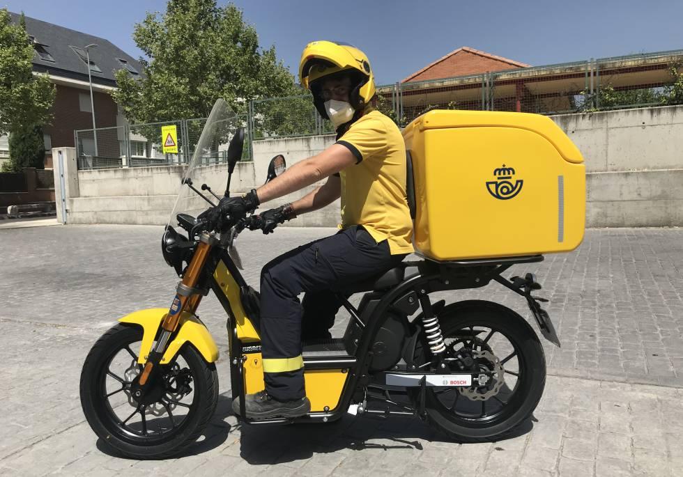 El cartero Jorge Dufour, durante un día de reparto con su moto eléctrica.