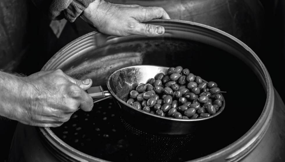 Un productor de Correos Market, durante el proceso de elaboración de su aceite ecológico.