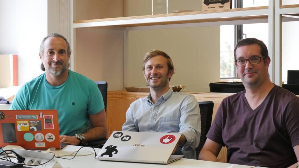 Los fundadores de la 'startup' AllreadMLT en su lugar de trabajo. De izquierda a derecha: Miguel Silva-Constela, Adriaan Landman y Marçal Rossinyol.