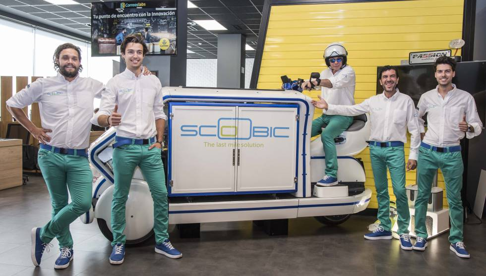 Fundadores de la startup Scoobic, junto a uno de sus vehículos.