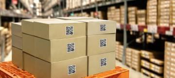 Varios paquetes con código digital qr en un almacén logístico.