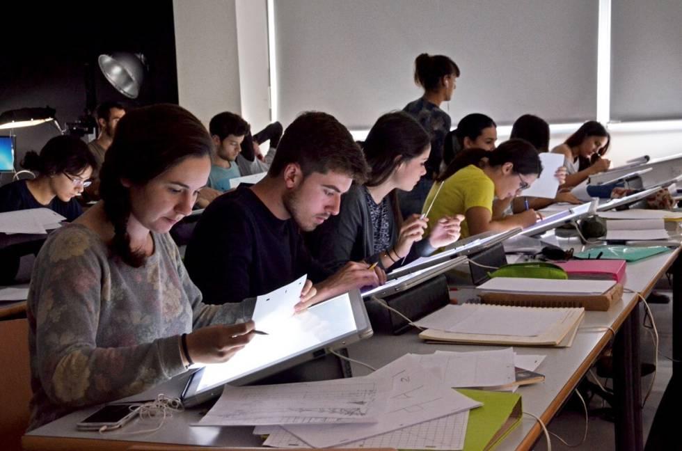 Alumnos en una clase de Diseño y Tecnologías Creativas de la Universidad Politécnica de Valencia.