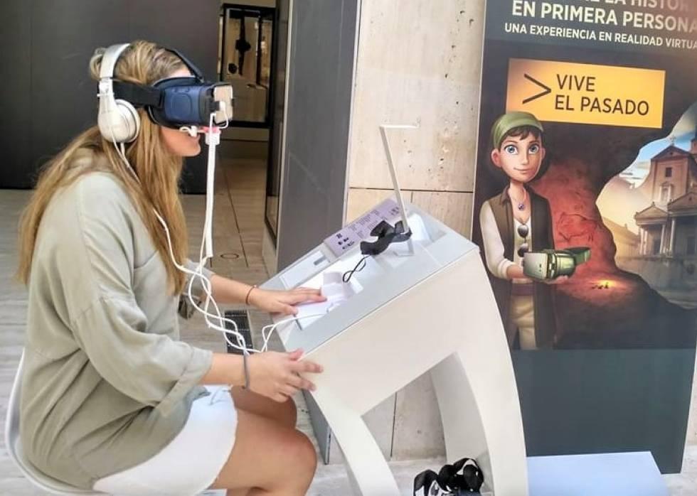 Una alumna de la Universidad Camilo José Cela utiliza unas gafas RV en el Museo Arqueológico Nacional.