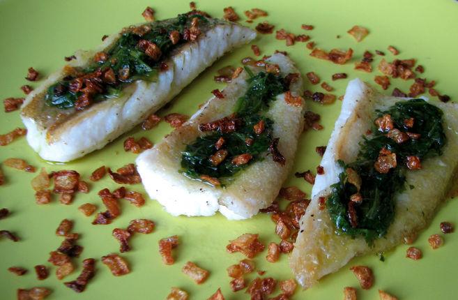 Pescado con mojo de cilantro y cebolla frita