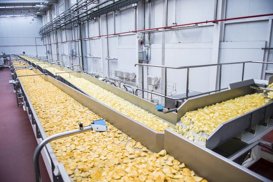 71770a1a5 Las chips prodigiosas: cómo se hacen las patatas fritas de bolsa ...