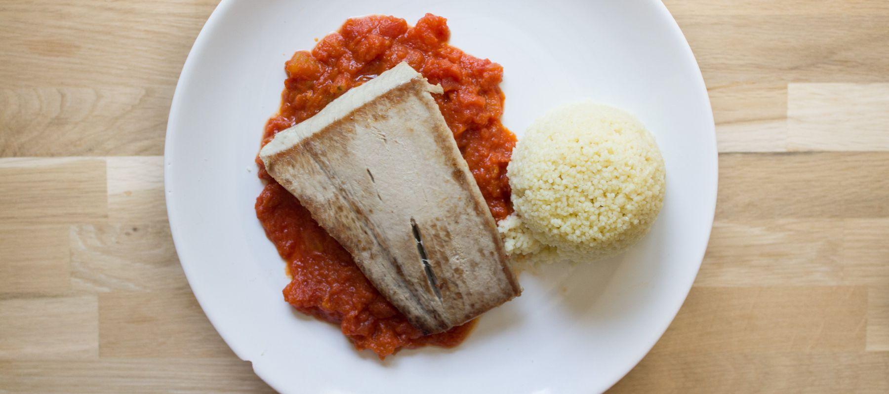 Atún con tomate y cuscús de albahaca