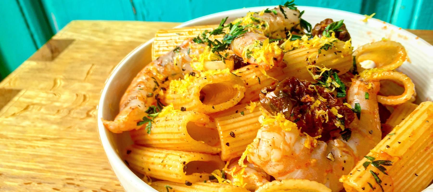 Pasta con langostinos, tomate seco y limón