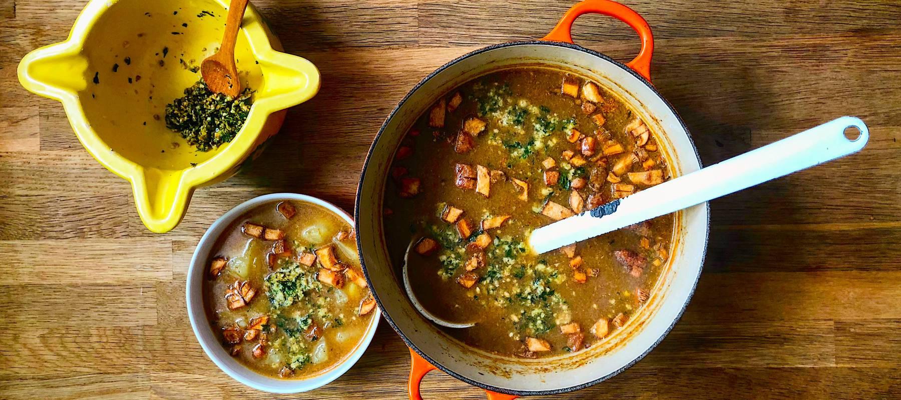 Sopa de níscalos y patata con picada de avellanas