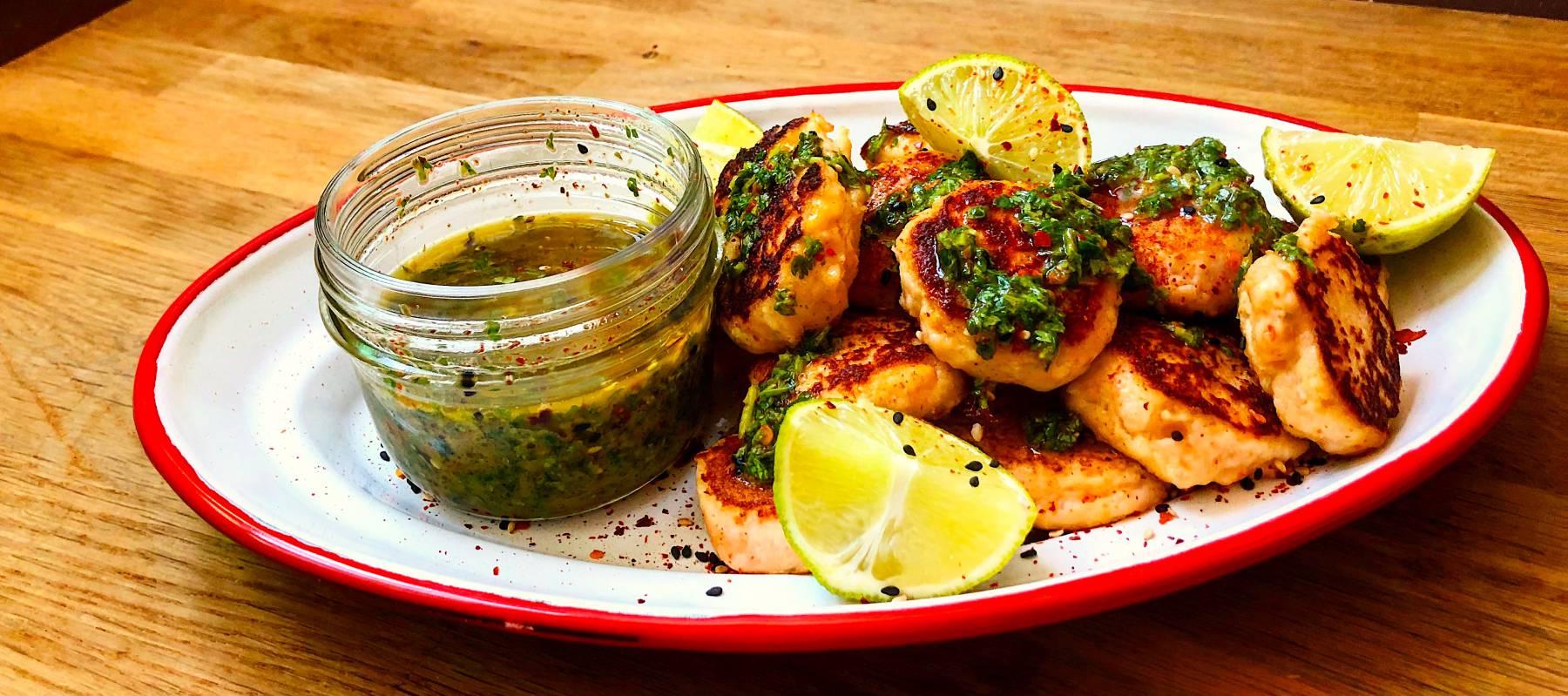 Bocaditos de langostino con sambal de cilantro