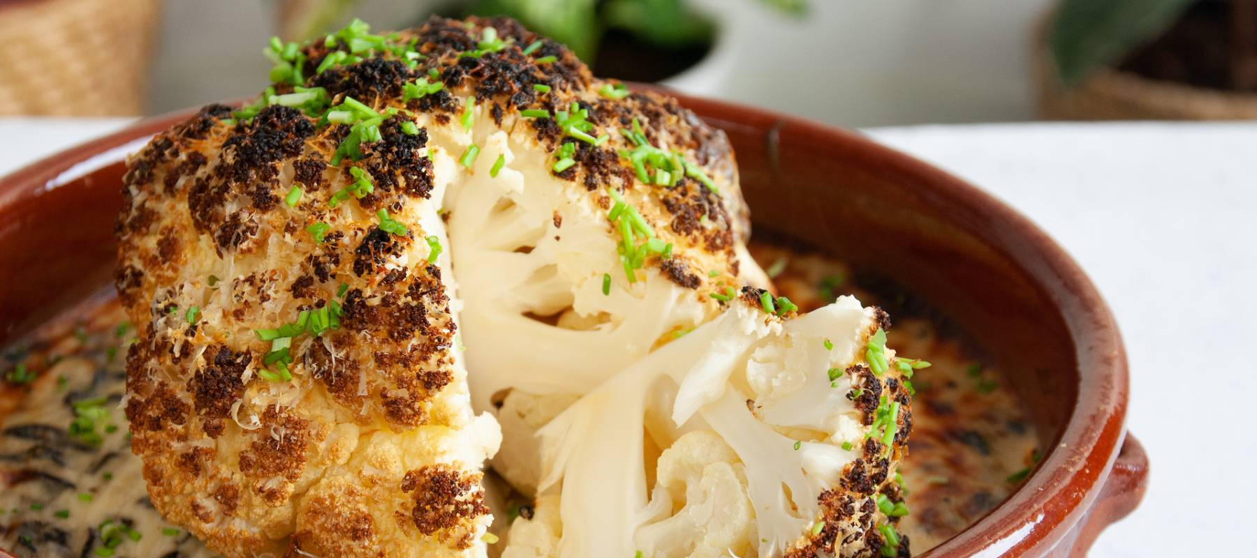 Coliflor asada con crema de queso y setas