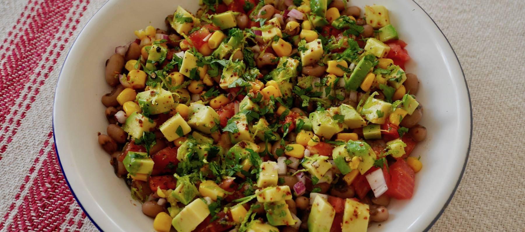 Ensalada de alubias, maíz y tajín