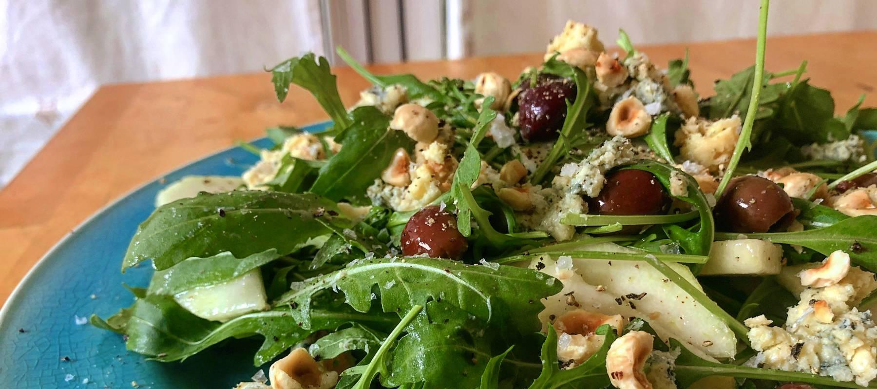 Ensalada de rúcula, pera y queso azul