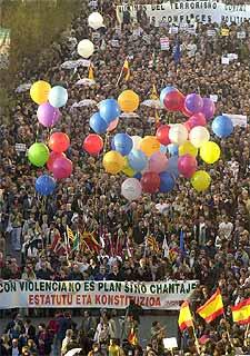 Imagen de la cabecera de la marcha que ha recorrido San Sebastián.