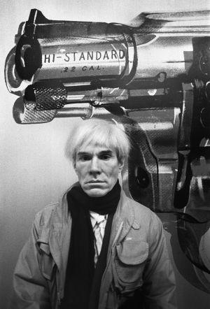 """Andy Warhol solía preparar coles rellenas de carne en Halloween, a las que llamaba """"gulash macabro"""". Aquí, fotografiado en la galería Vijande, en 1983."""