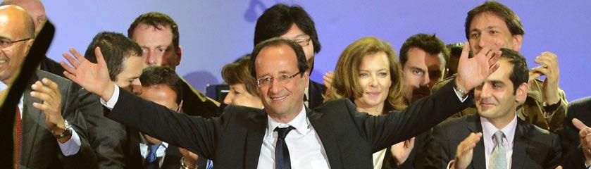 Hollande saluda a sus seguidores desde la plaza de la Bastilla de París. / PASCAL LE SEGRETIAN (GETTY)
