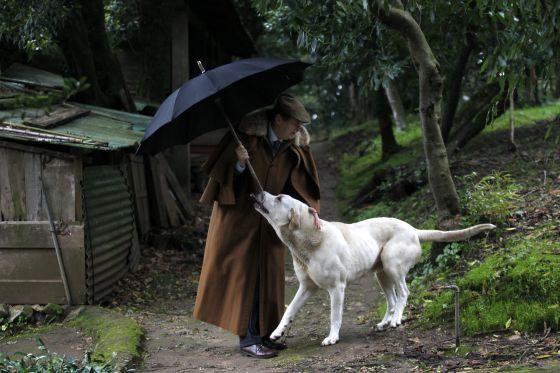 Don Duarte Pío, con su perro, originario de Tras-os-Montes y perteneciente a una raza típicamente portuguesa.