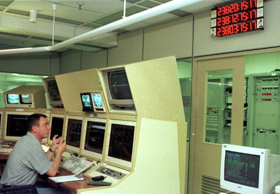 An employee at the NASA monitoring station a Robledo de Chavela (Madrid).