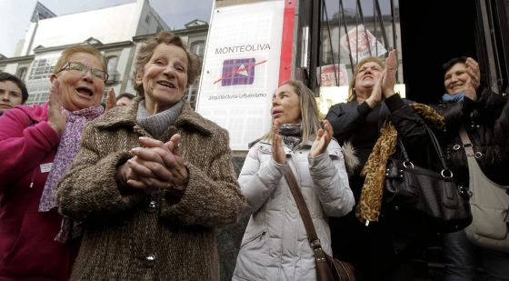 Aurelia Rey (front), is applauded by supporters in A Coruña on Monday after a judge halted an eviction order against her.