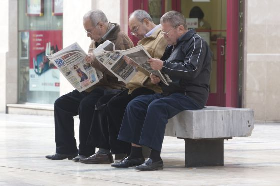 Pensioners reading newspapers in Málaga.