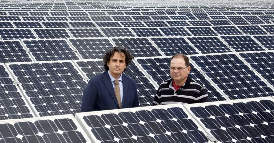 Association president Miguel Ángel Martínez-Aroca (left) and Pedro Carrión at the latter's solar plant in Jumilla (Murciacmcm).