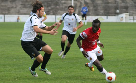 Players vie for the ball during the under-suspicion match between Constancia and Nàstic.