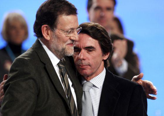 Rajoy y Aznar tienen el cabello oscuro y barba y bigote blanco. El primero afirma que lo suyo es natural.