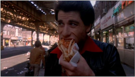 Tony Manero sí sabe comer pizza.