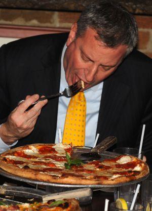 Normas básicas para devorar una porción de pizza con ...