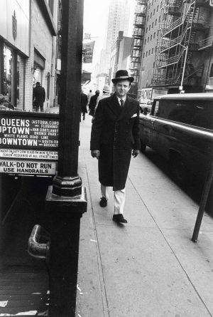 El periodista, nativo de Richmond (Virginia), en 1966, paseando por una calle de Manhattan como si fuera parte del mobiliario urbano