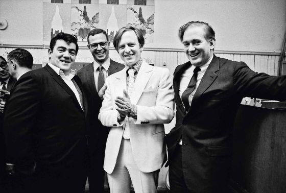 Tom Wolfe durante la fiesta de presentación de 'New York Magazine' en noviembre de 1967 con (de izquierda a derecha) el periodista Jimmy Breslin, el redactor jefe George Hirsch y el fundador Clay Felker
