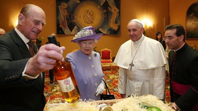 O Papa no momento da reunião com a rainha Elizabeth e com o duque de Edimburgo.