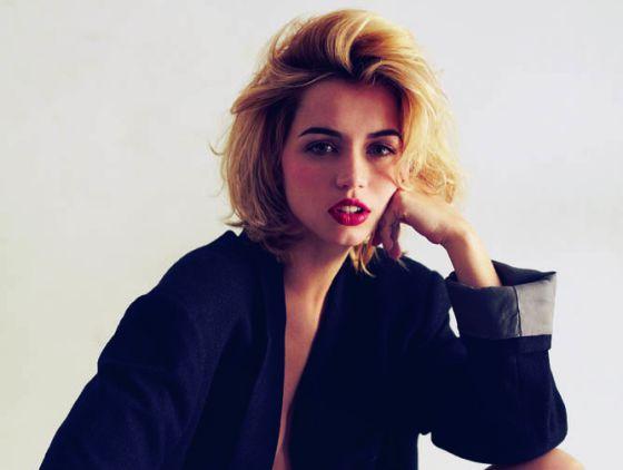 Vistiendo un abrigo prestado por nuestro estilista, los labios de Ana brillan gracias al tono Envious de la gama Pure Color de Estée Lauder