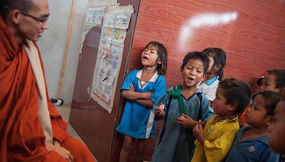 King Zero, con los niños birmanos de la escuela Sky Blue School, cerca del vertedero de Mae Sot (Tailandia). VICENZO FLORAMO