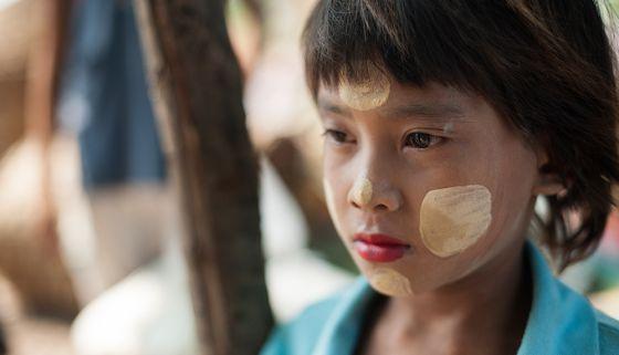 King Zero, el monje de la Revolución Azafrán - Un niño birmano de Mar Sot (Tailandia) se protege del sol con la 'thanaka', una pasta que se usa como cosmético. VICENZO FLORAMO