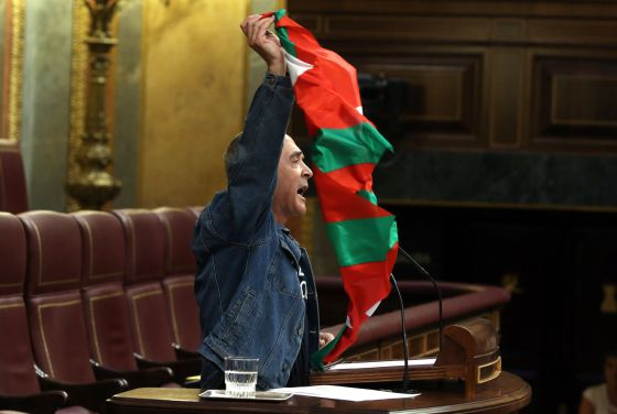 Amaiur spokesperson, Sabino Cuadra, waves a Basque flag during his appearance in Congress on Wednesday.