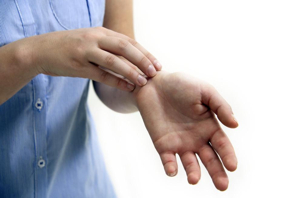 manchas de sangre en la piel después de rascarse