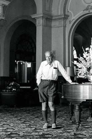Vladimir Nabokov, con gesto circunspecto en uno de los salones del Montreux Palace, donde pasó los últimos días de su vida junto a su esposa y una numerosa y bohemia colonia de residentes