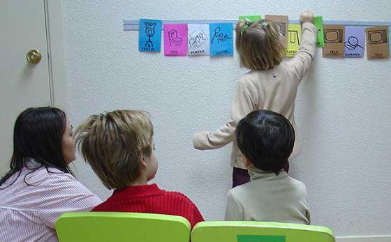 Crianças afetadas pelo autismo aprendem através de pictogramas em uma escola especial, em 2009.