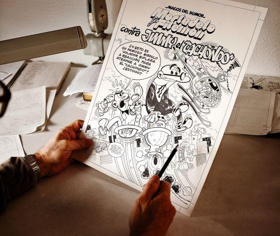 Ibáñez sostiene en su mesa de trabajo una prueba de la última aventura protagonizada por sus héroes del tebeo más famoso, Mortadelo y Filemón.