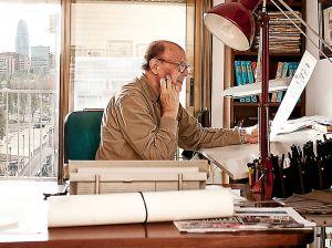 """Ibáñez, en su mesa de trabajo. """"Durante años hice 20 páginas de tebeo a la semana"""", recuerda."""