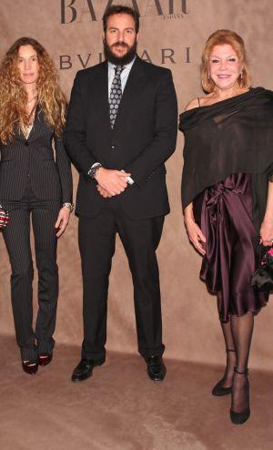 Carmen Cervera (a la derecha), junto a su hijo Borja y su nuera Blanca