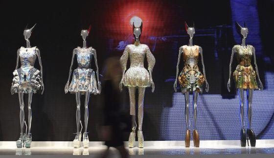 Diseños de Alexander McQueen, en el museo Victoria & Albert