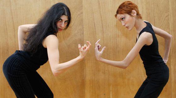 La modelo fallecida Isabel Caro, a la derecha,