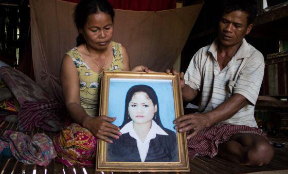 Violencia de género en Camboya - La muerte de la hija de Kraen y Suy fue el desencadenante de que él comenzara a beber y a pegar a su esposa. ANA SALVÁ