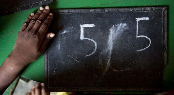 Los niños aprenden números y letras durante su etapa en la guardería, como en esta del centro de Nyamey.