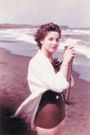 1a983b49b Marita Lorenz, em uma praia de Cuba, Em 1959, pouco antes de conhecer