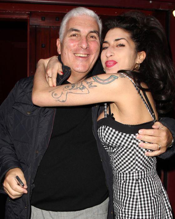 La cantante abrazada a su padre, Mitchell Winehouse.