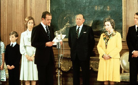 Don Juan de Borbón (c) cedes his dynastic rights to his son Juan Carlos (at the microphone).