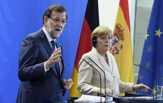 Spanish Prime Minister Mariano Rajoy and German Chancellor Angela Merkel attend a press conference in Berlin.