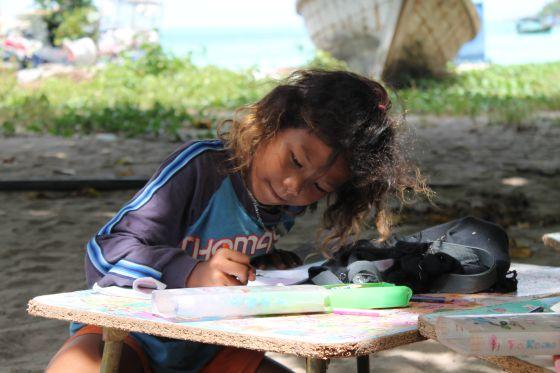Los 81 nin¦niños de la aldea de Au Bon Yai acuden a la escuela para aprender inglés, tailandés, matemáticas y arte.